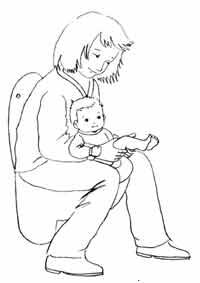 Eine Mutter hält ihr Baby sitzend auf der Toilette ab